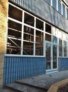 Die Fensterfront und die neue Terrassentür werden eingebaut.