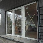 Die neue Eingangstür ist eingesetzt.