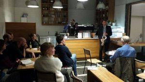 Saxophonist spielt in einem Café